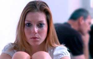 Женщина грустит и плачет